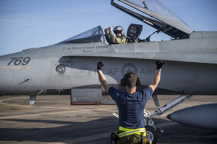 Corporal Jonathan Drolet gives the okay for takeoff to the pilot of a CF-188 Hornet during Exercise TI-PIC SAVAGE in New Orleans, Lousianna, USA, February 12, 2018. Photo: Corporal Gary Calvé, Bagotville Imaging Services BN50-2018-0002-026