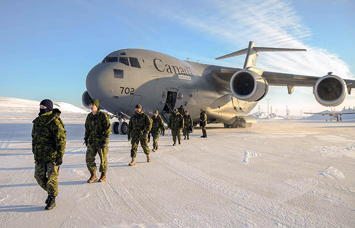 Des membres en déploiement dans le cadre de l'opération NUNALIVUT 2018 descendent d'un CC-177 Globemaster, à l'aéroport de Resolute Bay, au Nunavut, le 2 mars 2018. Photo : Maître de 2e classe Belinda Groves, technicienne en imagerie de la Force opérationnelle YK01-2018-0014-0004