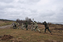 Starychi, Ukraine.  25 November 2015 – Canadian soldiers conduct a demonstration of vehicle recovery techniques alongside Ukrainian soldiers at the International Peacekeeping and Security Centre in Starychi, Ukraine during Operation UNIFIER. (Photo: Joint Task Force Ukraine, DND)